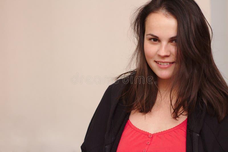 Jovem mulher de sorriso na roupa ocasional Retrato mais o modelo do tamanho no fundo foto de stock
