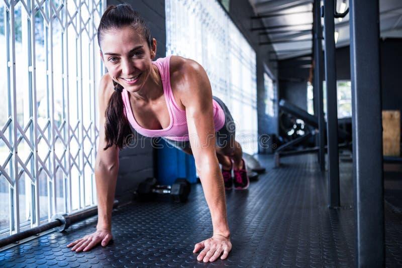 Jovem mulher de sorriso no gym fotografia de stock