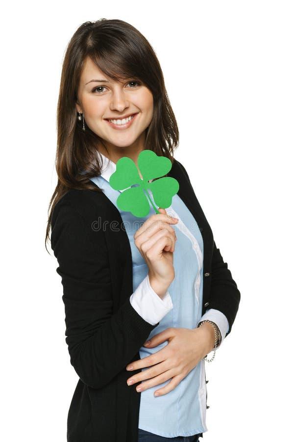 Mulher que guardara a folha do trevo imagens de stock royalty free