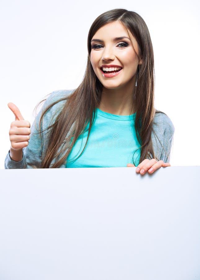 Jovem mulher de sorriso que inclina-se na placa vazia grande imagens de stock royalty free