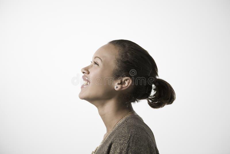 Jovem mulher de sorriso que olha ACIMA foto de stock