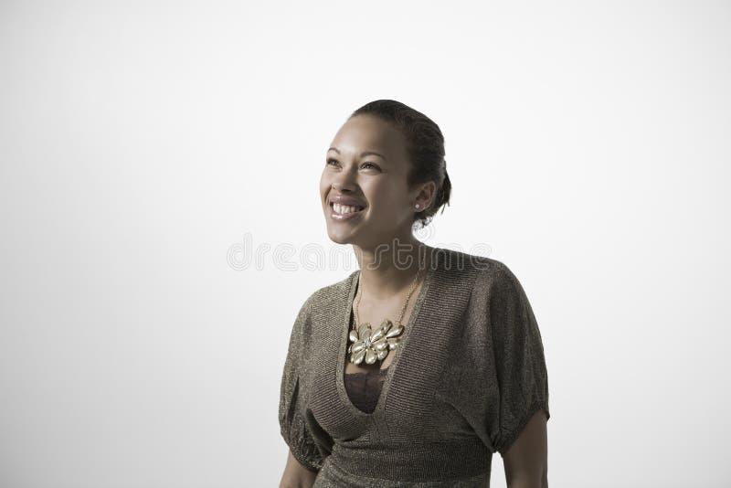 Jovem mulher de sorriso que olha ACIMA imagem de stock