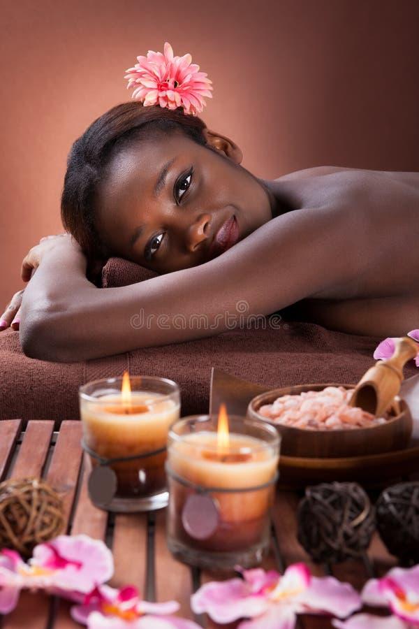Jovem mulher de sorriso que relaxa em termas da beleza fotos de stock royalty free