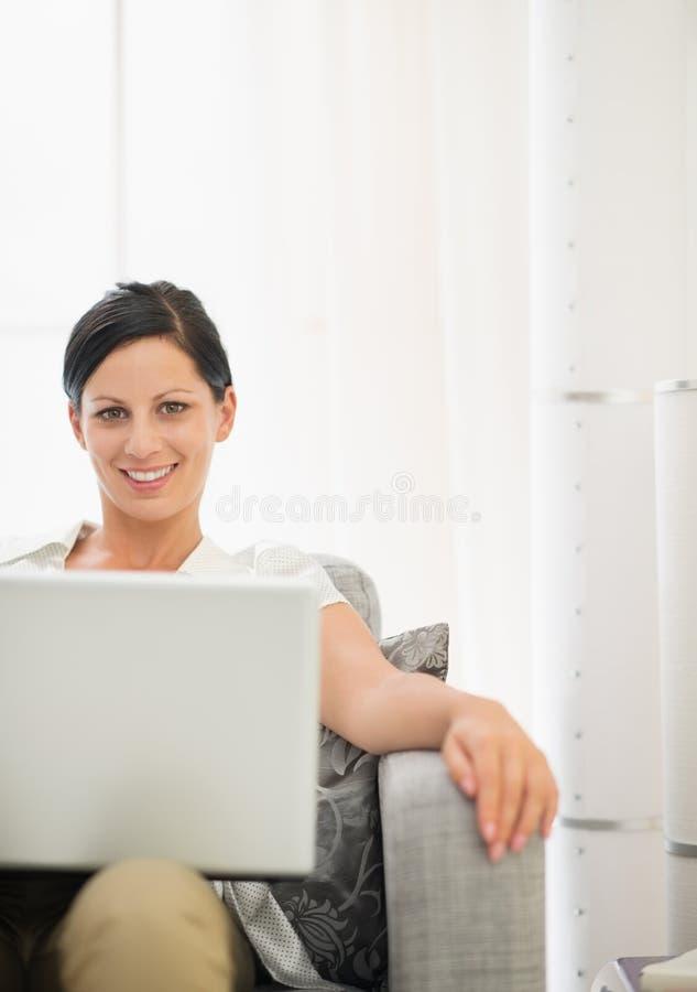 Download Jovem Mulher De Sorriso Que Usa O Portátil Imagem de Stock - Imagem de indicador, info: 29827665