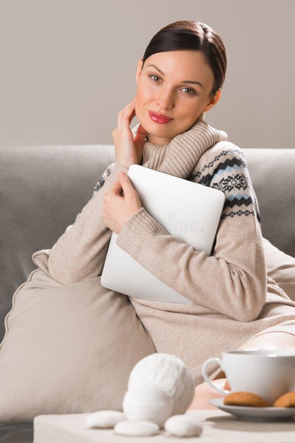 Jovem mulher de sorriso que usa o tablet pc em casa imagem de stock royalty free