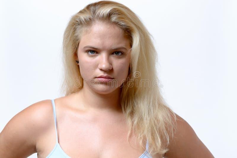Jovem mulher de vista aborrecido do overweiht foto de stock
