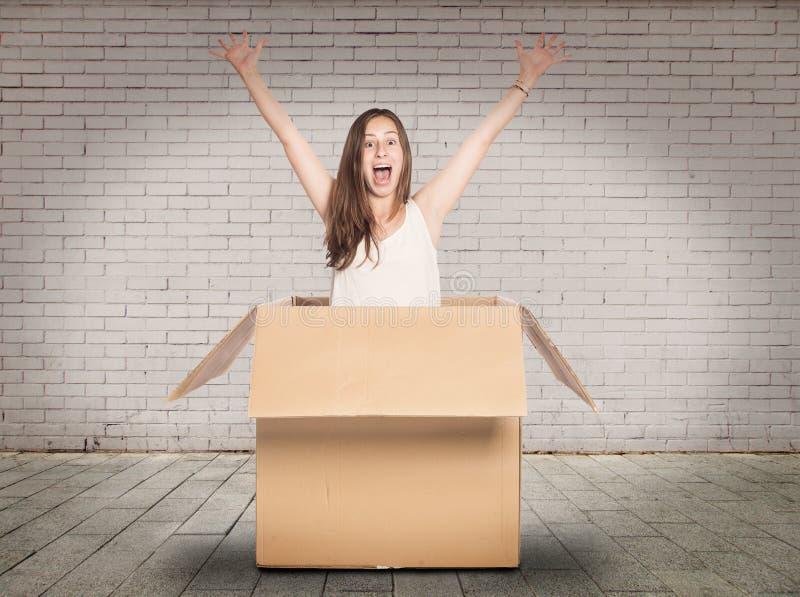 Jovem mulher dentro de uma caixa imagens de stock