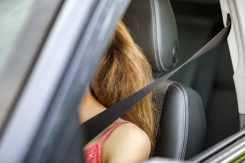 Jovem mulher dentro do veículo que veste o cinto de segurança protetor Conceito da segurança e da precaução imagens de stock royalty free