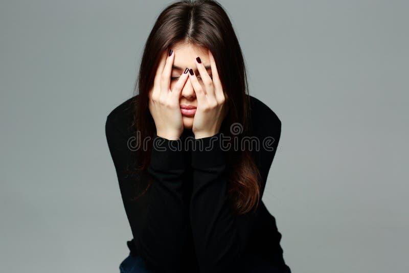A jovem mulher deprimida com cede sua cabeça imagens de stock