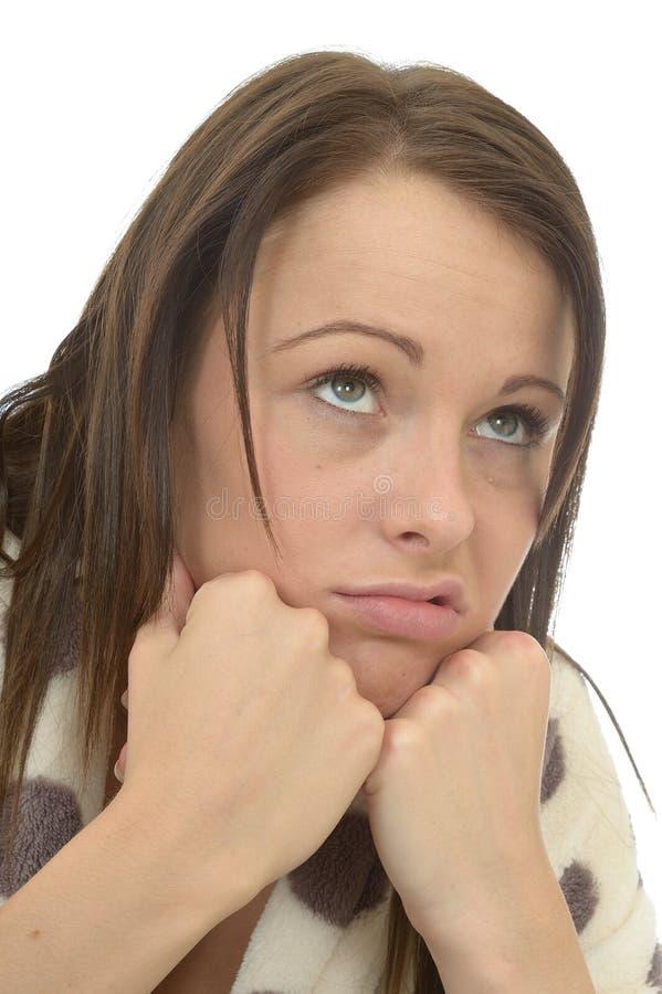 Jovem mulher deprimida furada miserável que sente para baixo nas descargas imagem de stock