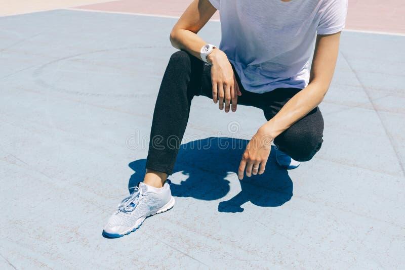 Jovem mulher desportiva que senta-se em uma terra de esportes no verão ensolarado a Dinamarca imagem de stock