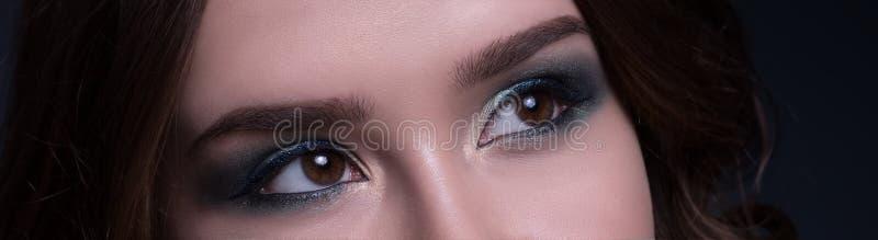 Jovem mulher, detalhe da composição da beleza O macro da peça da cara da mulher, mostra uma composição elegante fotos de stock