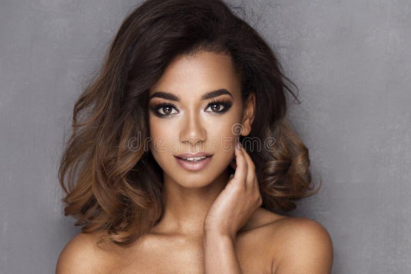 Jovem mulher do Afro da beleza foto de stock royalty free