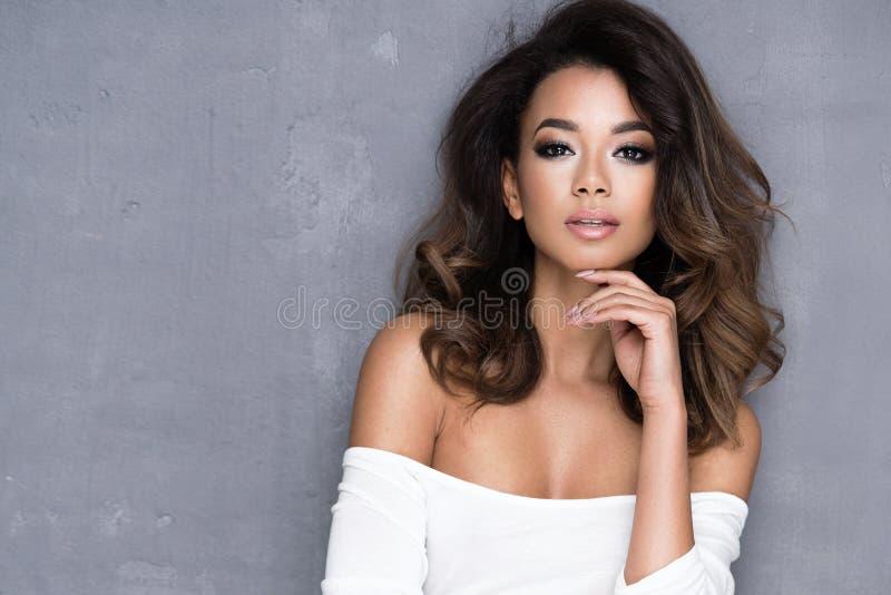 Jovem mulher do Afro da beleza fotos de stock royalty free