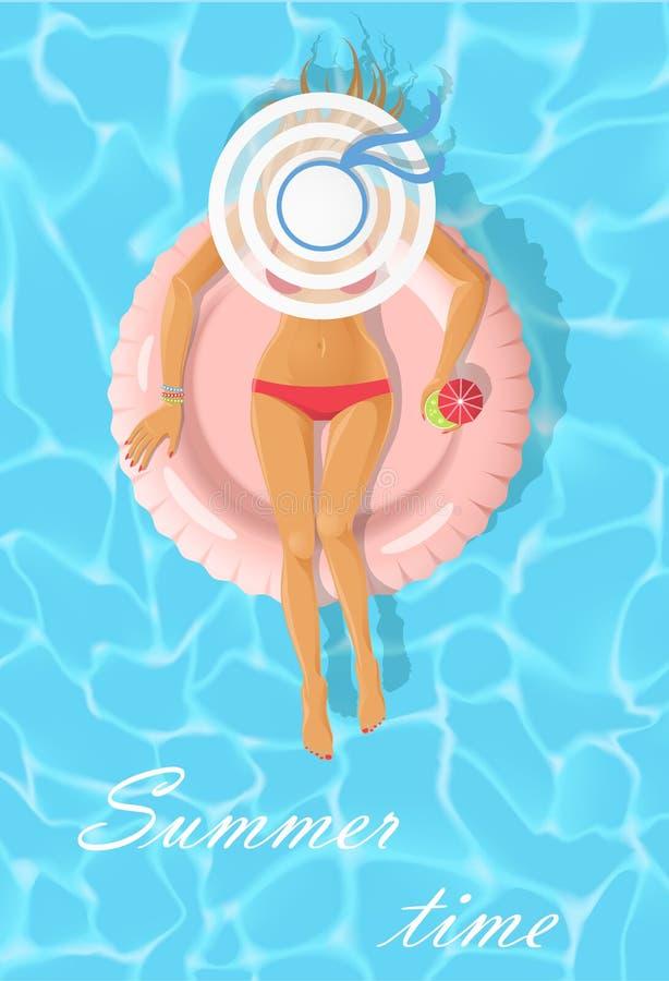 Jovem mulher do banho de sol em um colchão de flutuação imagens de stock