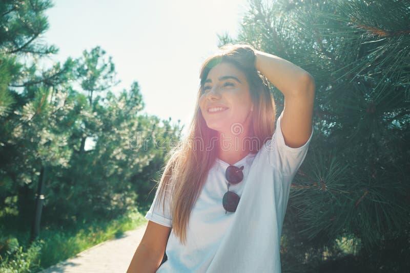 A jovem mulher do close-up com cara bonita caracteriza a apreciação do sol imagens de stock