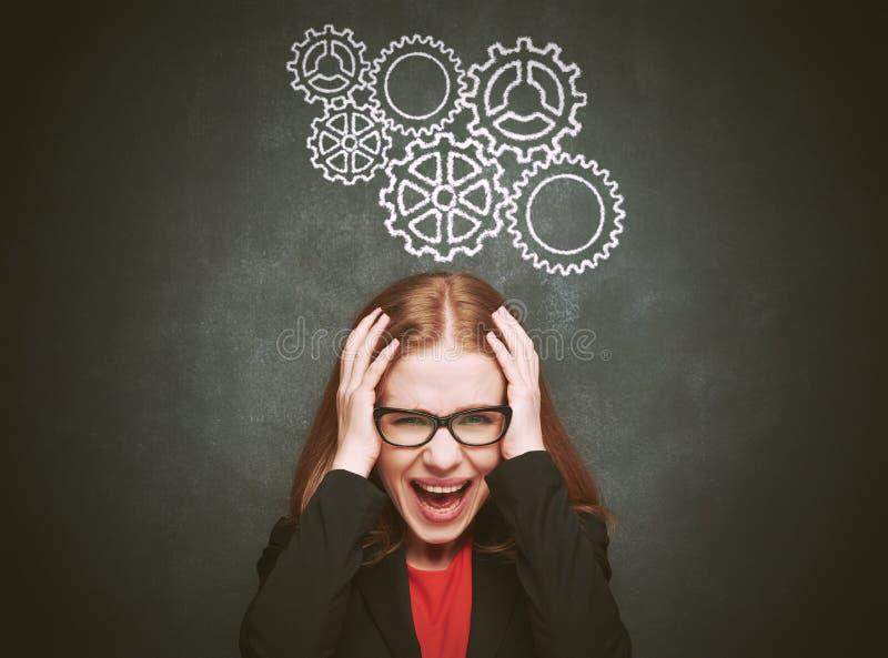 Jovem mulher do conceito do quadro-negro forçada com dor de cabeça fotografia de stock royalty free