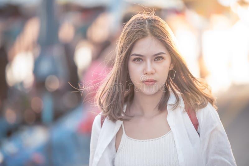 Jovem mulher do retrato imagem de stock royalty free