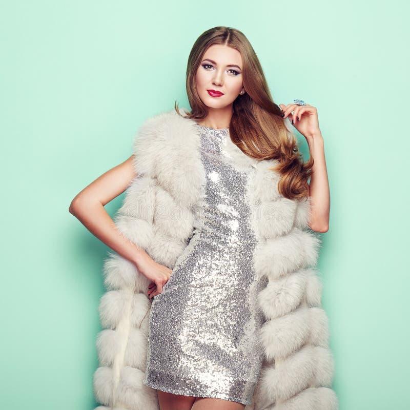 Jovem mulher do retrato da forma no casaco de pele branco fotos de stock royalty free