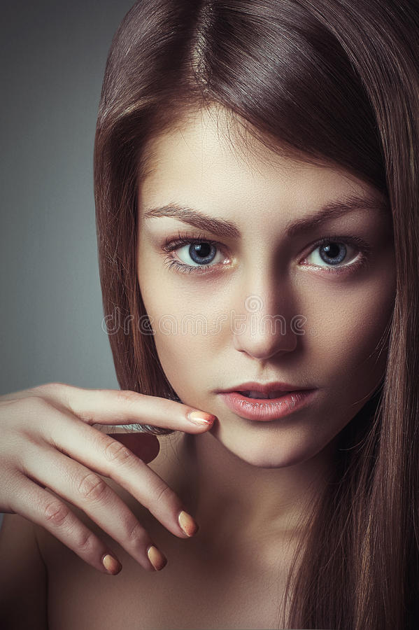 Jovem mulher do retrato do encanto da beleza com olhar natural perfeito da composição fotografia de stock