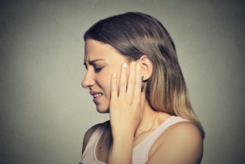 Jovem mulher doente do perfil lateral que tem a dor de orelha foto de stock royalty free