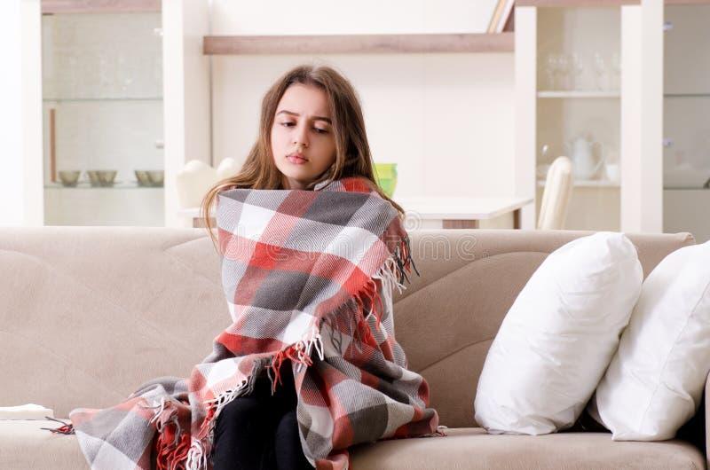 A jovem mulher doente que sofre em casa foto de stock royalty free
