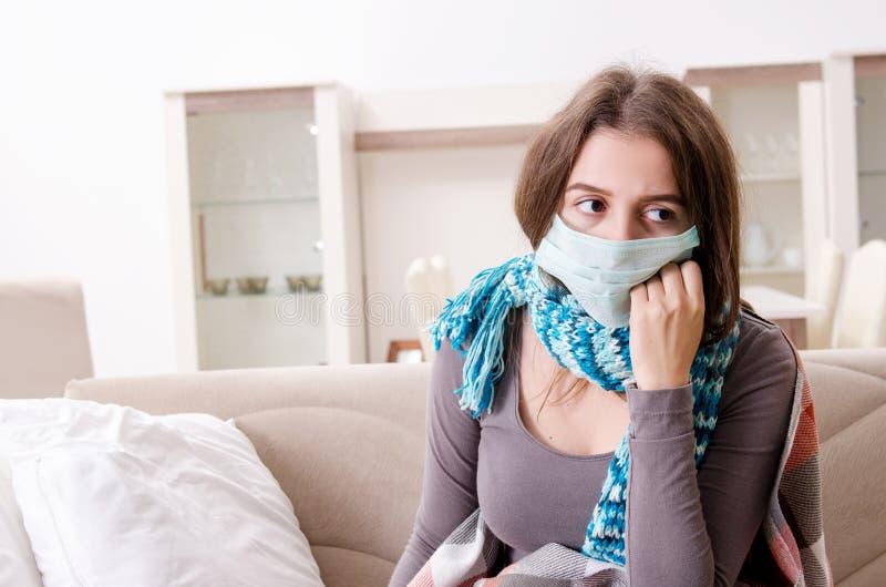 A jovem mulher doente que sofre em casa imagens de stock