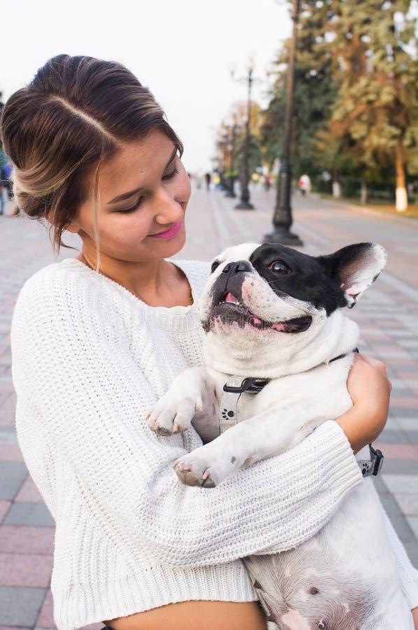 Download Jovem Mulher E Buldogue Francês Foto de Stock - Imagem de individuality, bulldog: 80100588