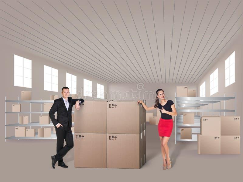 Jovem mulher e homem no armazém imagens de stock