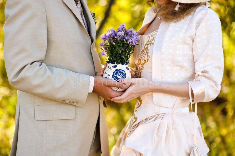 Jovem mulher e homem que guardam um ramalhete das flores fotos de stock