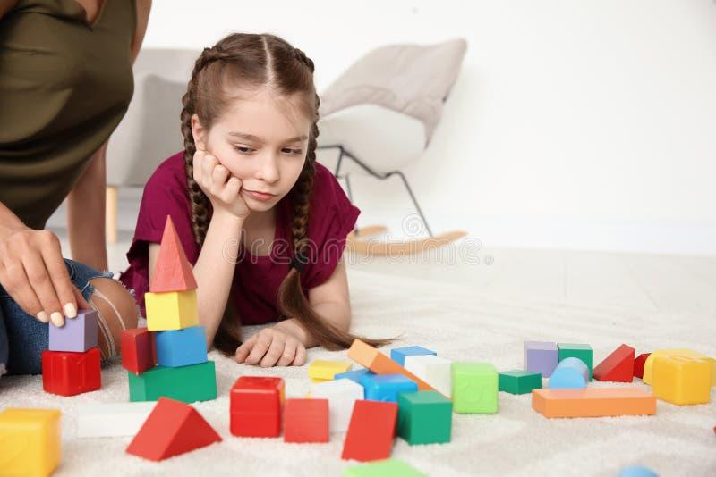 Jovem mulher e menina com desordem autística imagens de stock royalty free