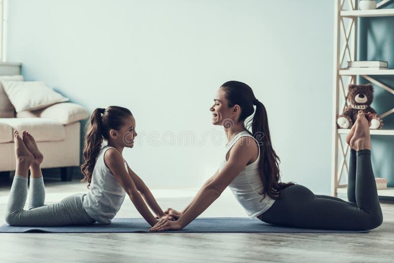 Jovem mulher e menina que descansam após o exercício imagens de stock royalty free
