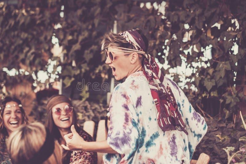 Jovem mulher e meninas louras loucas na amizade todas junto que comemoram e que têm o divertimento em um bio lugar natural Sorris fotos de stock