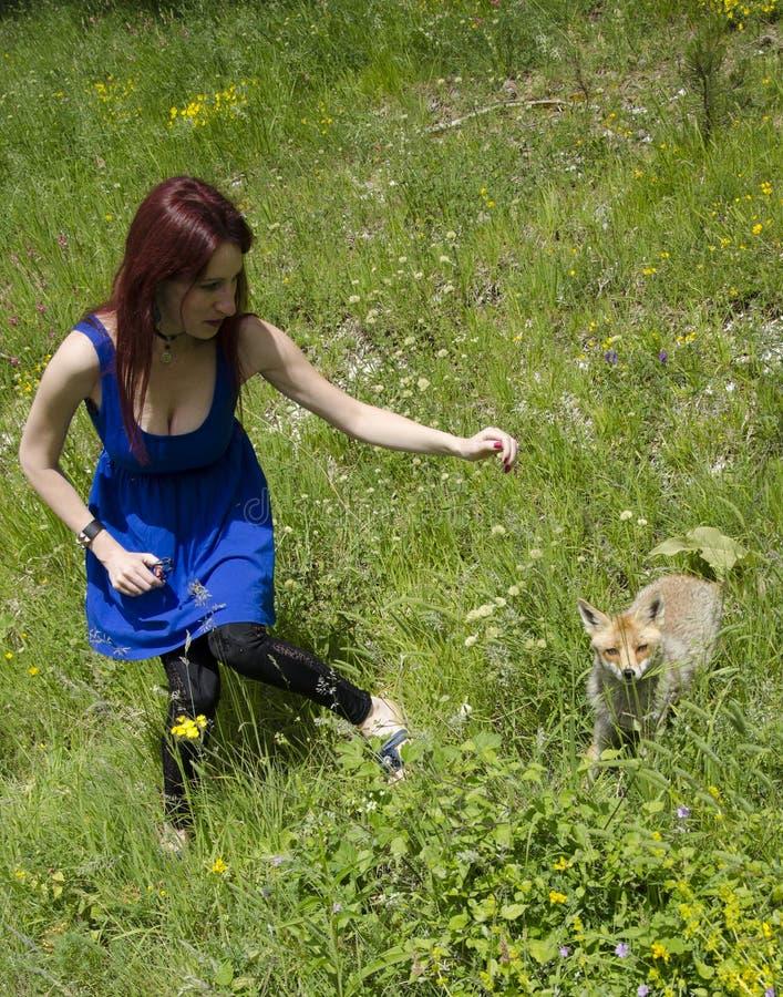 Jovem mulher e a raposa imagem de stock