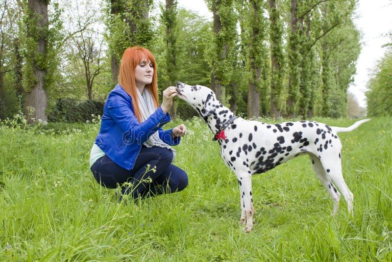 Jovem mulher e seu cão fotos de stock royalty free