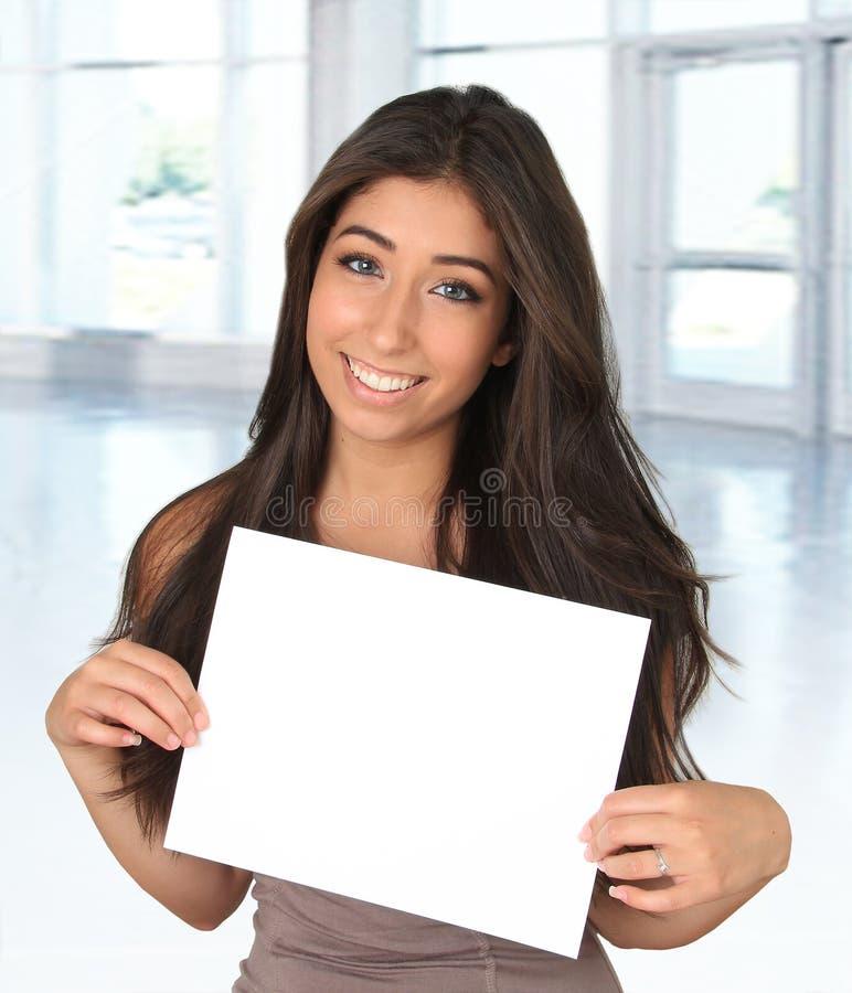 Jovem mulher e sinal fotos de stock