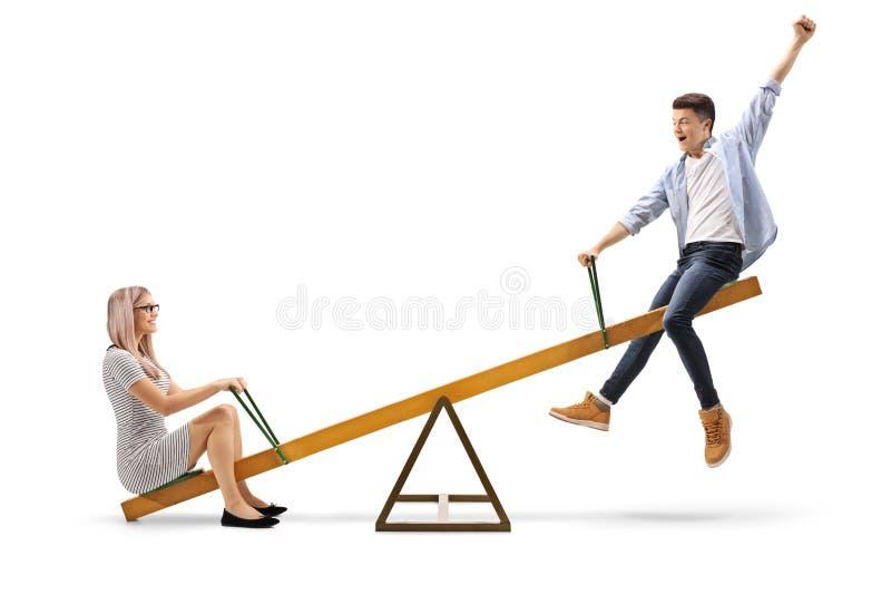 Jovem mulher e um adolescente em uma balancê fotografia de stock
