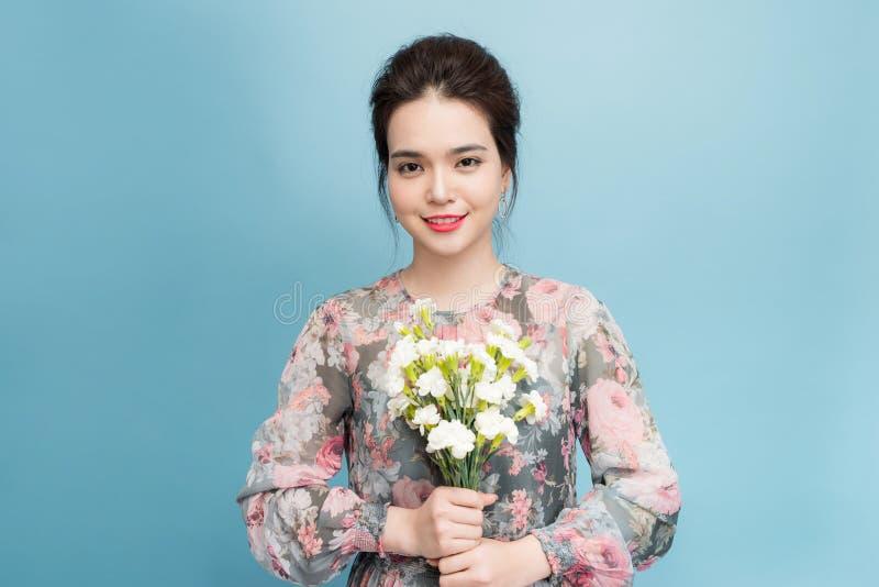 Jovem mulher elegante focalizada no retrato sobre o fundo azul foto de stock