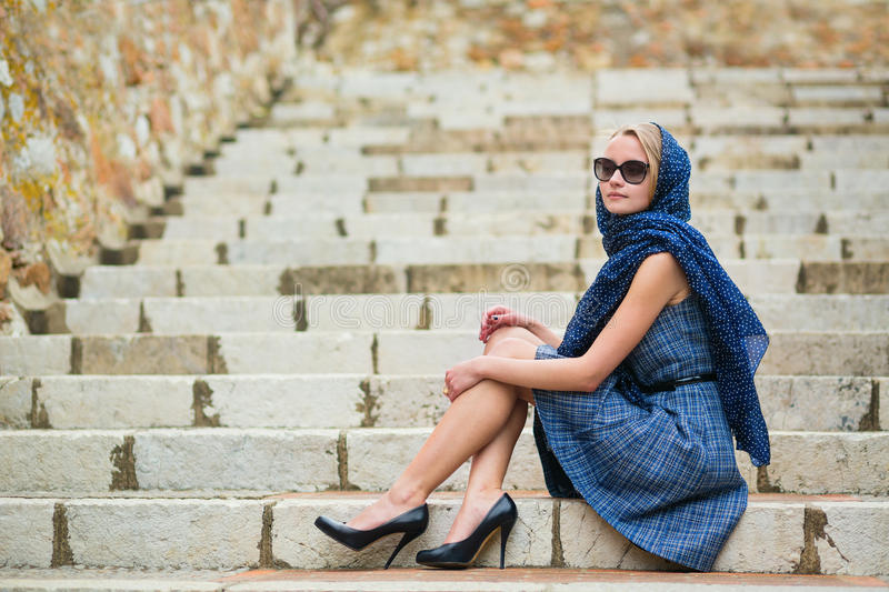 Jovem mulher elegante na cidade velha de Cannes imagens de stock