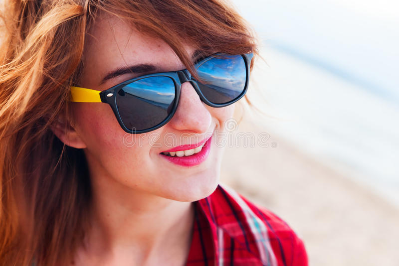 Jovem mulher elegante na praia fotografia de stock