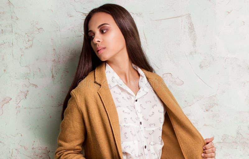 Jovem mulher elegante no estúdio fotos de stock royalty free