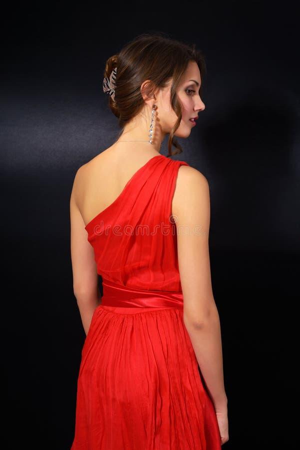 Jovem mulher elegante no vestido vermelho fotos de stock royalty free