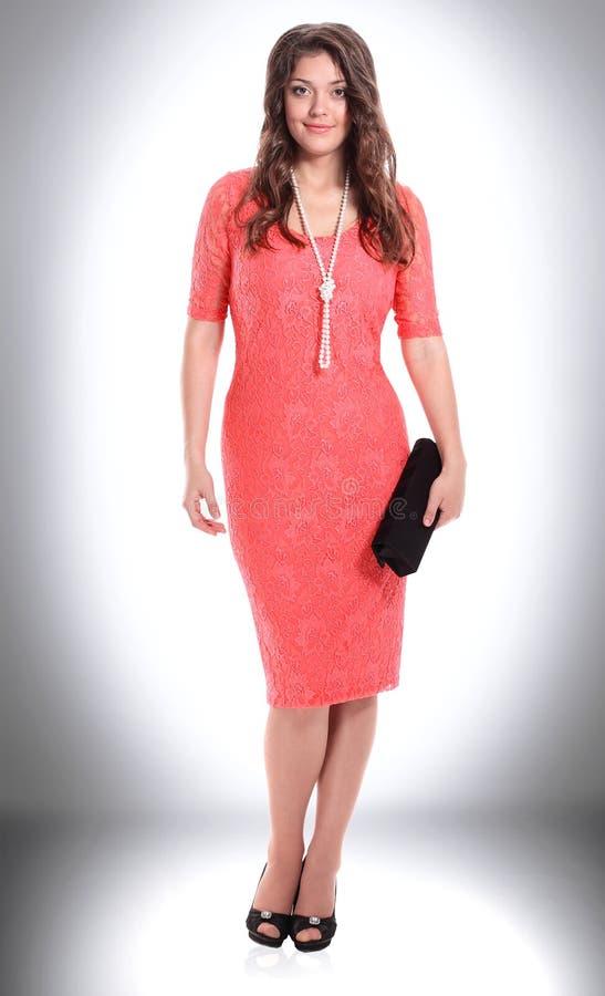 Jovem mulher elegante no vestido vermelho elegante imagens de stock royalty free