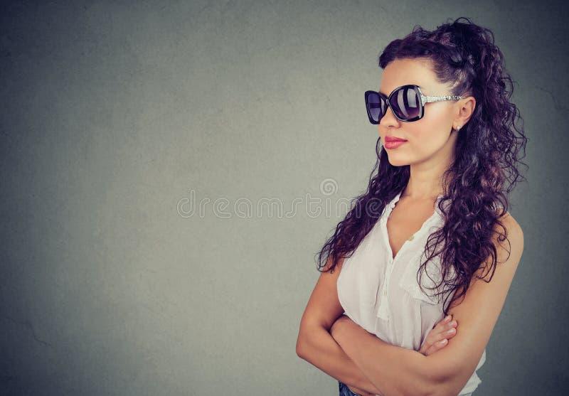 Jovem mulher elegante nos óculos de sol imagem de stock royalty free