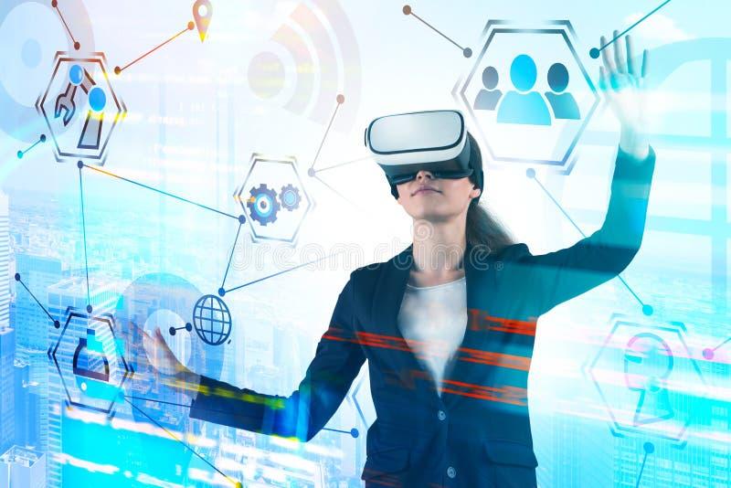 Jovem mulher em auriculares de VR, rela??o do GUI fotos de stock