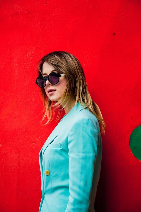 Jovem mulher em Blazert do estilo 90s e dos óculos de sol imagem de stock royalty free