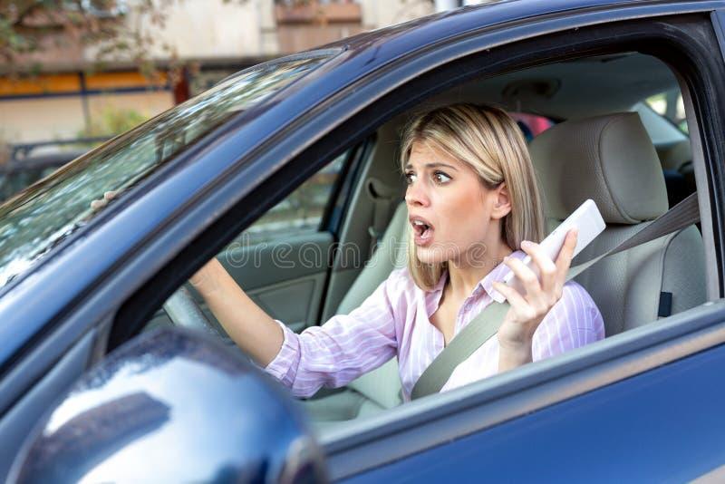 Jovem mulher em choque durante a condução fotos de stock royalty free