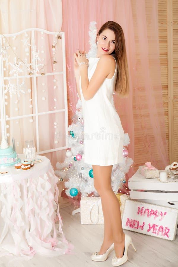 Jovem mulher em decorações de um Natal imagem de stock royalty free
