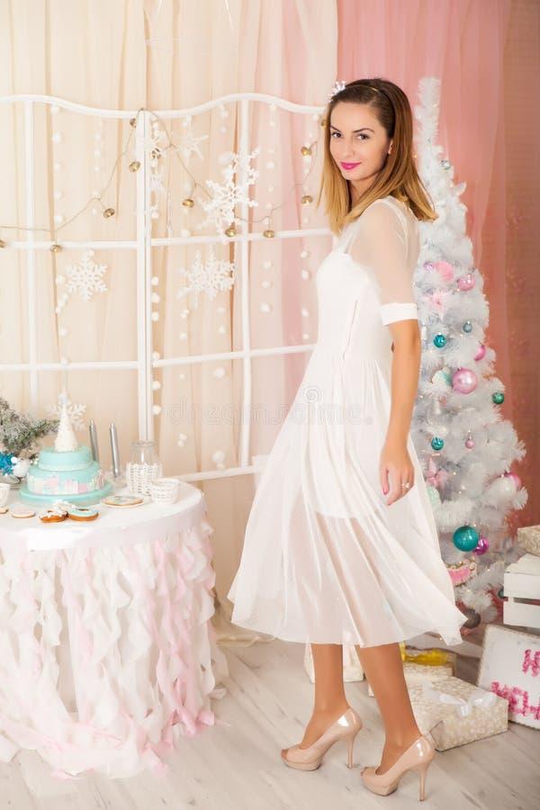 Jovem mulher em decorações de um Natal foto de stock