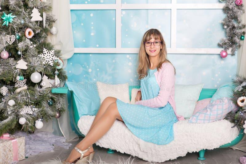 Jovem mulher em decorações de um Natal imagem de stock